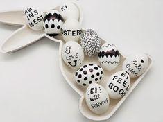 So könnt Ihr Euch schöne Osterdeko selber machen. 11 kreative Ideen für das Ostereier bemalen im stylischen schwarzen-weiß Stil.