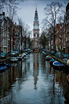 De avond valt in Amsterdam. De wereldberoemde grachten trekken veel toeristen.