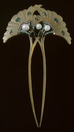 An Art Nouveau horn, gold, enamel, diamond and pearl hair pin, by Georges Fouquet, 1905-06. #Fouquet #HairPin #comb
