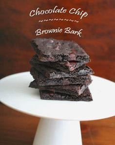 Chocolate Chip Brownie Bark – Low Carb and Gluten-Free. Sprinkle with chocolate chips. Rich chocolate brownie batter spread thin and cooked until crisp Low Carb Sweets, Low Carb Desserts, Just Desserts, Low Carb Recipes, Dessert Recipes, Healthy Desserts, Dessert Ideas, Paleo Recipes, Chocolate Chip Brownies