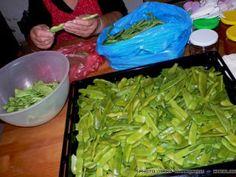 Αποξηραίνω κολοκυθάκια   SheBlogs.eu Greek Recipes, Freezer Meals, Food Hacks, Food Tips, Food Storage, Celery, Preserves, Asparagus, Green Beans