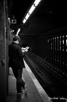 Gente che legge: Metro-NYC by Jean-Michel Leclercq on Flickr.