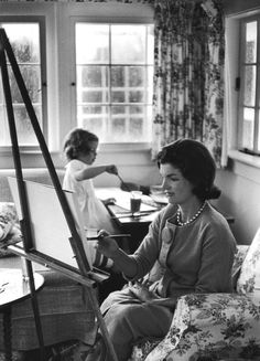Jackie Kennedy Onassis painting with daughter Caroline. September 13, 1960. Photo: Alfred Eisenstaedt