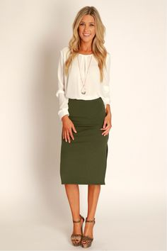 Love that this pencil skirt isn't too fitted or clingy on the hips/thighs Long Green Skirt, Olive Green Skirt, Green Pencil Skirts, Long Pencil Skirt, 2 Pencil, Green Pants, Midi Skirt Outfit Casual, Green Skirt Outfits, Pencil Skirt Outfits