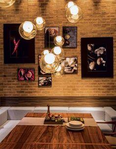 sala de jantar com parede de tijolo a vista