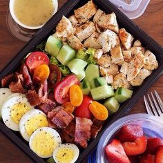 Here's An Easy Lunch That Will Bring Colorful Vegetables To Your Meal Prep - M. Here's An Easy Lunch That Will Bring Colorful Vegetables To Your Meal Prep – Meal Prep on Fleek Lunch Snacks, Healthy Snacks, Easy Healthy Lunch Ideas, Simple Healthy Meals, Food For Lunch, Healthy Work Lunches, Healthy Food Prep, Good Protein Snacks, Bento Box Lunch For Adults