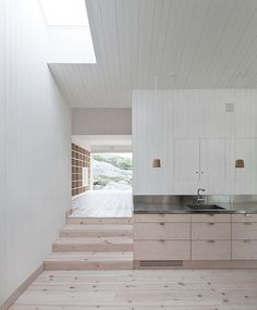 Edle offene Küche aus Holz und Edelstahl