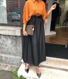 2019 Hijab Skirt Combs Black Elastic Skirt With Long Waist Yellow Shirt Shirt Black Stiletto Shoes – SadeKadınlar Moda ve Kombin Hijab Skirt Combs Black Skirt With Long Waist Yellow Skirt Shirt Black Stiletto Shoes # Tesettür the Modest Fashion Hijab, Modern Hijab Fashion, Hijab Fashion Inspiration, Hijab Chic, Muslim Fashion, Mode Inspiration, Look Fashion, Fashion Dresses, Modest Outfits Muslim