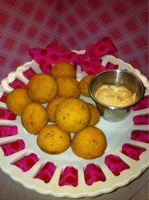 snackgri-La: Vacation recipes part 1 - Hush Puppies [baked in Babycakes Cake Pop Maker] my mom loves hush puppies so much and I have the cake pop maker awesome Babycakes Recipes, Babycakes Cake Pop Maker, Recipes Appetizers And Snacks, Finger Food Appetizers, Desserts, Hush Puppies, Baby Cakes Maker, Ebelskiver Recipe, Baked Donuts
