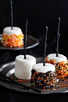 Halloween Marshmallow Pops are the handheld treat you want at your Halloween party. Colorful and delicious. Halloween Marshmallow Pops are the handheld treat you want at your Halloween party. Colorful and delicious. Halloween Party Snacks, Hallowen Food, Dulces Halloween, Postres Halloween, Soirée Halloween, Manualidades Halloween, Halloween Goodies, Snacks Für Party, Halloween Cupcakes