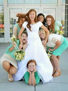 Cute wedding pictures with bridesmaids