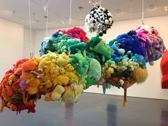 Deodorized Central Mass With Satellites (2010), del artista Mike Kelly.