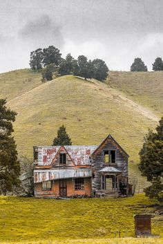 Beautiful But Scary Abandoned Buildings In The World - vintagetopia Abandoned Farm Houses, Old Abandoned Buildings, Abandoned Property, Old Farm Houses, Abandoned Mansions, Old Buildings, Abandoned Places, Abandoned Castles, Photo Post Mortem