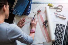 ¿Has pensado en confeccionar o transformar tu propia ropa? Si eres principiante Leer más Jean Crafts, Modelista, Fashion Face Mask, Dress Sewing Patterns, Jacky, Fitbit Flex, Sewing Tutorials, Ideas Para, Blue Jeans