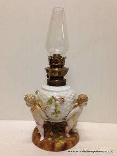 Oggettistica d`epoca - Lampadari e lampade Antica lampada a petrolio in porcellana - Lampada a petrolio d`epoca con putti Immagine n°1