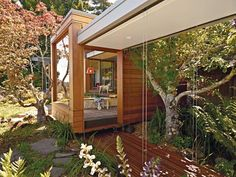 A Modern Prefab Addition to a Midcentury California Classic A Joseph Esherick home in Berkeley, California, inspires an addition that pays homage to the past yet is poised to host the next generation. Photo by Caren Alpert. Photo by Caren Alpert. Modern Prefab Homes, Modular Homes, Style At Home, Interior Exterior, Exterior Design, Maine House, My House, Breezeway, Japanese House