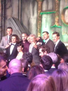 The cast take a photo at The Hobbit premiere #OneLastChance