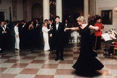 A subasta el traje que llevó la princesa Diana cuando bailó con John Travolta en la Casa Blanca #realeza #royals