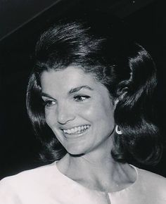 """The Kennedy Family: """"""""I think Jackie was recognized and loved around the world for the same reasons why America really appreciated having her as First Lady. Jacqueline Kennedy Onassis, Estilo Jackie Kennedy, Les Kennedy, Jaqueline Kennedy, John Kennedy Jr, Olivia Palermo, Victoria Beckham, Familia Kennedy, Divas"""