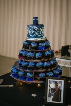 Awesome Country Wedding Cake Toppers Decorating Wedding Cake Doctor Who Themed Wedding Cake marinagalleryfine… Doctor Who Cakes, Doctor Who Party, Doctor Who Wedding, Doctor Who Birthday, Galaxy Wedding, Geek Wedding, Wedding Ideas, Wedding Stuff, Wedding Bands