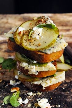 Roquefort cheese, pear and pecan sandwich - Recipe in English...