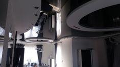 Na salonach ponownie króluje sufit napinany z czarnym połyskiem 👑 😎 Dla naszych wykonawców żadne krzywizny, krągłości, załamania, zagięcia, kąty itp. nie stanowią problemu 👷♂️ 💪 Pomieszczenie w iście futurystycznym i kosmicznym charakterze 🚀 Bathroom Lighting, Ceiling, Mirror, Furniture, Home Decor, Living Room, Bathroom Light Fittings, Bathroom Vanity Lighting, Ceilings
