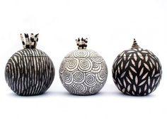 Я очень люблю мир современной керамики! И, порой, оказывается, что, используя древние техники, можно создавать удивительно актуальные изделия. Раку - традиционная японская техника работы с керамикой, появившаяся в 16 веке, - интересна тем, что мастер никогда не знает, каков точно будет результат. Разогретые до 960 градусов изделия еще горячими вынимают из печи и помещают в песок или сено.