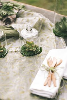 All green: succulents table decoration | Dein Hochzeitsblog | green Wedding Inspiration | www.deinhochzeitsblog.com