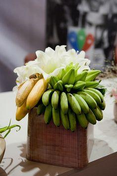 Flower arrangement with bananas ~ Japanese florist Chikara Nishizawa - Special interview Japanese Florist, Fruit Arrangements, Flower Arrangement, Fruit Flower Basket, Banana Flower, Ikebana, Fruits And Vegetables, Bouquets, Garden Design