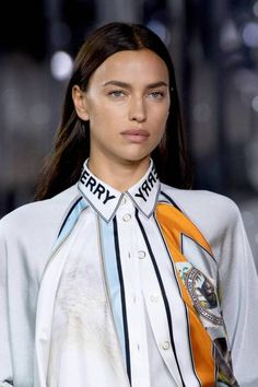 Burberry Spring 2020 Ready-to-Wear Fashion Show - Vogue Fashion Details, Love Fashion, Fashion Show, Fashion Outfits, Fashion Design, Fashion 2020, Runway Fashion, Womens Fashion, Fashion Trends