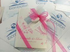 Raccolta di poesie d'amore con copertina personalizzata perlescente: vi presentiamo la flower fucsia! La grafica utilizzata per realizzare questo Bombolibro è disponibile in tanti, tantissimi colori! #bomboniere #wedding www.librobomboniera.it
