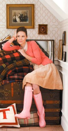 coral cardigan - pink wellies-this pic is fab Pink Hunter Boots, Pink Rain Boots, Hunter Wellies, Preppy Mode, Preppy Style, My Style, Country Style, Estilo Glamour, Street Style