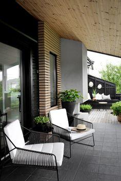 La imagen puede contener: tabla, planta e interior Outdoor Living Areas, Outdoor Spaces, Outdoor Decor, Outdoor Furniture, Modern Balcony, Small Patio, Small Terrace, Modern House Design, Backyard Patio