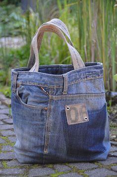 Com - Denim jean purse - Bolsas Denim Tote Bags, Denim Purse, Recycled Fashion, Recycled Denim, Leather Bags Handmade, Handmade Bags, Mochila Jeans, Artisanats Denim, Denim Bag Patterns
