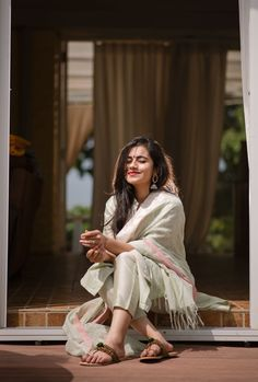 Trust comes from your attitude and not your looks Stylish Photo Pose, Stylish Girls Photos, Stylish Girl Pic, Best Photo Poses, Girl Photo Poses, Girl Poses, Indian Photoshoot, Saree Photoshoot, Photoshoot Ideas