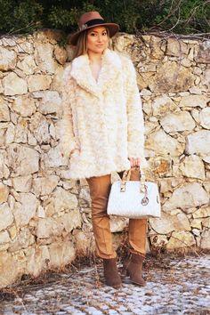 Uma das peças que escolho para o Inverno é um bom Casaco de Pêlo. Conseguimos assim estar protegidas do frio e ao mesmo tempo ter estilo. A textura de pêlo marca uma forte presença nesta estação. Dicas de Moda e Imagem. Blog de Moda Style Statement. Camel. Look do dia/Outfit. Tendências, Outono/Inverno. Michael Kors medium grayson logo satchel. Blog de moda portugal, blogues de moda portugueses.