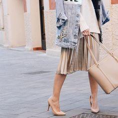 Reposting @infrontrowstyle: OUTFIT!!! Por fin en el blog este look con una de mis faldas favoritas!! Bendita sea la que puso el largo midi de moda   http://www.infrontrowstyle.com  #look #lookbook #outfitoftheday #ootd #outfit #bag #michaelkors #heels #shoes #fashionist #fashion #fashionbloggers #blogmoda #blogdemoda #moda #faldas #midiskirt #skirt #oversize #sweater #denim #denimjacket #reporterbarcelona #style #streetstyle #fashionweek
