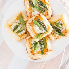 Grüner Spargel macht es sich mit Ziegenkäse, Honig und etwas Thymian auf knusprigem Blätterteig gemütlich und wartet darauf, verputzt zu werden. Aber gern!