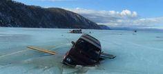 Почти в полночь на озере Байкал были завершены поисково-спасательные работы, в рамках которых проводилась операция по извлечению легкового автомобиля, провалившегося под лед. В пресс-службе