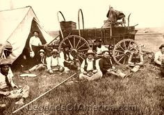 Cowboys at chuck wagon Western Photo, Western Art, Time Pictures, Old Pictures, Horse Drawn Wagon, Cow Boys, Old Wagons, Dutch Ovens, Real Cowboys