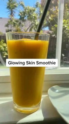 You will love 💕 this smoothie help you glowing skin Healthy Breakfast Recipes, Healthy Drinks, Healthy Recipes, Healthy Desserts, Whole Food Recipes, Fruit Smoothie Recipes, Easy Smoothies, Smoothie Bowl, Turmeric Smoothie