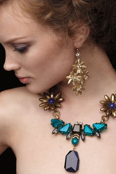 Necklace: by Jardin Azul I Love Jewelry, Statement Jewelry, Jewelry Box, Jewelery, Jewelry Accessories, Fashion Accessories, Jewelry Necklaces, Fashion Jewelry, Jewelry Design