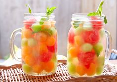 Leckere Rezepte für fruchtiges Flavoured Water – Westwing Magazin Summer is here and drinking lots of water is a must. Water can get boring in the long run? Not with Flavored Water! Recipes in Westwing magazine Infused Water Recipes, Fruit Infused Water, Fruit Drinks, Healthy Drinks, Kid Drinks, Drink Tumblr, Vegetable Drinks, Aesthetic Food, Summer Drinks