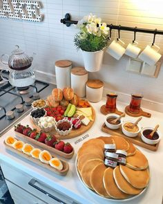 Think Food, I Love Food, Cute Food, Yummy Food, Breakfast Platter, Breakfast Buffet, Pancake Breakfast, Breakfast Set, Birthday Breakfast
