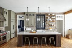 How To Get The Farmhouse Style Kitchen Look - Trendy Home Hacks  ||  How To Get The Farmhouse Style Kitchen Look. Find out the key elements that make the farmhouse kitchen design so appealing through previous successful projects. Farmhouse Style Kitchen, Modern Farmhouse Kitchens, Country Kitchen, Home Kitchens, Country Farmhouse, Farmhouse Interior, Kitchen Rustic, Farmhouse Decor, Interior Design And Build