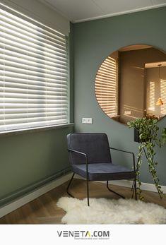 Ga voor een chic interieur voor je slaapkamer. Combineer je groene muur met gouden accessoires. Maak de ruimte af met witte houten jaloezieën. Op maat gemaakte raamdecoratie geeft een luxe uitstraling aan je interieur. Bepaal zelf de privacy en speel met het licht door de lamellen te kantelen. | Veneta.com | Inspiratie | Raambekleding