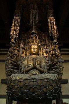 【京都・三十三間堂/千手観音坐像(鎌倉初期)】平安時代の大仏師、湛慶の作。左右を千体の観音立像に囲まれ、およそ3mの美しい金色の姿をみせている。鎌倉期の再建時に84才で亡くなる湛慶が、その2年前に完成させた大作。 #仏像 Japanese Buddhism, Japanese Shrine, Asian Sculptures, National Art Museum, Mahayana Buddhism, Chinese Buddha, Gautama Buddha, Guanyin, Hindu Art