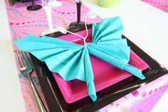 """Décor estival et pliage serviette """"papillon"""", les explications sur cette vidéo : http://www.youtube.com/watch?v=vWW0qPg4k6M=youtu.be"""