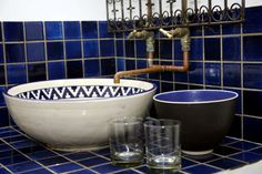 3 Guesthouse >> Check in. Breath In Breath Out, Beautiful Bathrooms, Plumbing, Bathroom Ideas, Blue And White, Rustic, Tableware, Country Primitive, Dinnerware