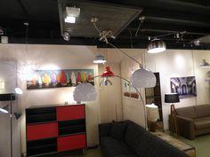Huisdecoratie . Showroom foto winkel interieur verlichting . hanglampen . Een draaibare, extra lange en verstelbare hanglamp in een grote uitvoering. In witte kunststof kap of staal . Ook booglampen vloerlampen en industriele lampen . Voor woonkamer . Verlichting voor woonkeuken , slaapkamer , vide , bedrijf , winkel . Home interior lights / online shop : click on this link www.rietveldlicht.nl